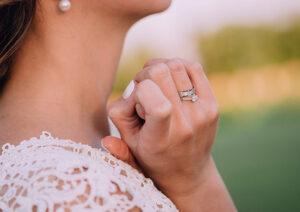 49. Hiasi Jemari Anda dengan Cincin Emas Unik Desain Love